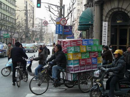 Le chargement « à la Chinoise » d'une remorque de vélo.