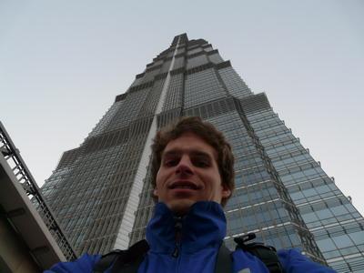 Votre serviteur devant les 421 mètres de la Jin Mao tower.