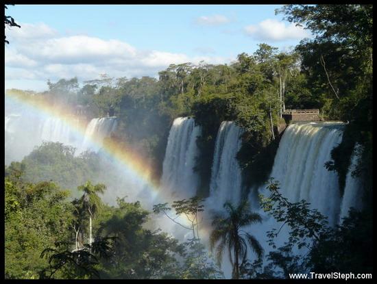 Un arc-en-ciel au milieu d'une importante végétation et de nombreuses cascades, à Foz d'Iguaçu