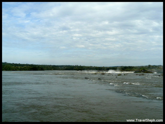 Le calme du Rio Iguaçu, à quelques mètres des Chutes d'Iguaçu au Brésil