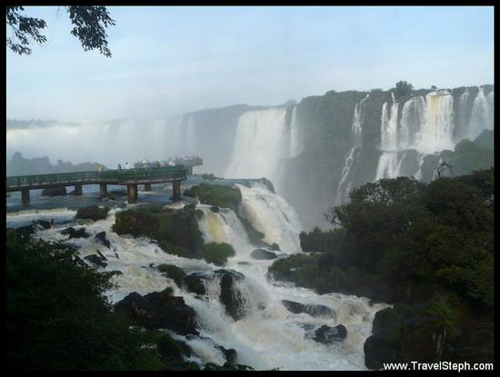 Côté Brésilien, une passerelle permet d'approcher les chutes de Foz de Iguaçu au plus près