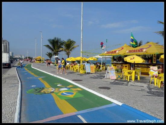 Une piste cyclable repeinte à Rio de Janeiro, pour la Coupe du Monde