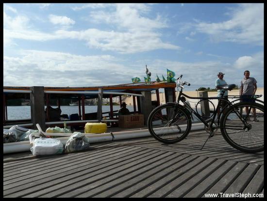 Chargement du bateau de transport local à Barreirinhas