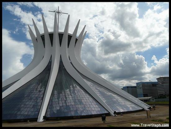 La cathédrale de Brasilia, dessinée par l'architecte Oscar Niemeyer