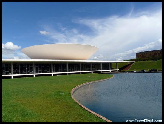 L'une des paraboles du Congresso Nacional, dessiné par Niemeyer (Brasilia)