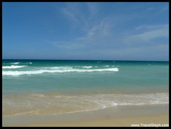 Du bleu à l'horizon, avec le ciel et la mer. Plage de la plage de Barra, à Rio de Janeiro