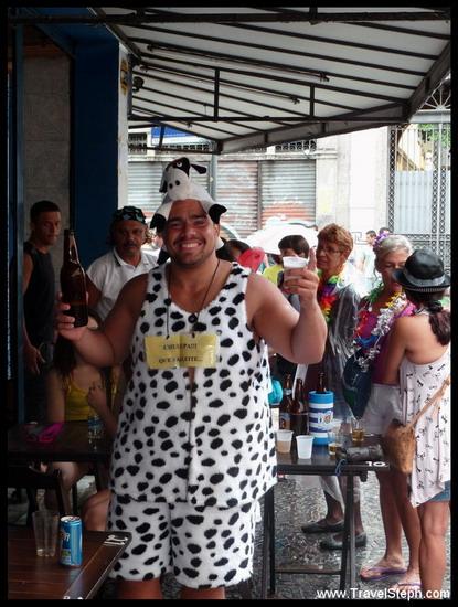 Une vache au milieu de Rio de Janeiro, une bière à la main... - Déguisement Carnaval Rio de Janeiro 2011