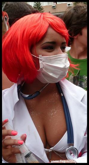 Une infirmière prête à tout pour sauver les (nombreux) malades qui se présentent à elle... - Déguisement Carnaval Rio de Janeiro 2011