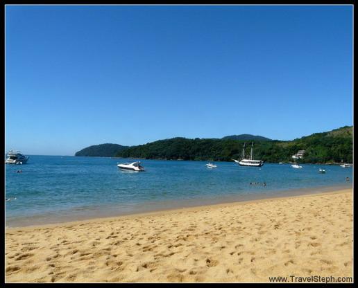 Sable jaune, collines vertes et mer bleue de la Praia do Pouso – Ilha Grande