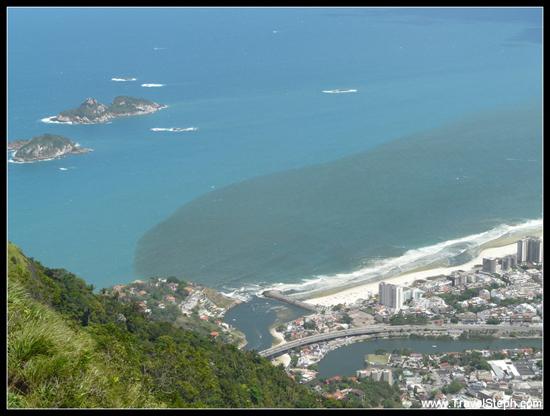 Les égouts qui se déversent dans la mer à Barra da Tijuca, Rio de Janeiro