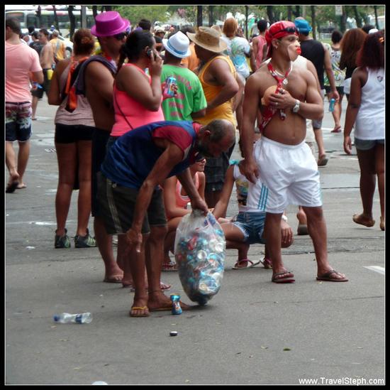 Un ramasseur de canette pendant le carnaval, au milieu des foliões – Rio de Janeiro