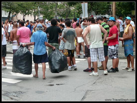 Des sacs pleins de canettes vides pour être revendues ensuite – Carnaval Rio de Janeiro