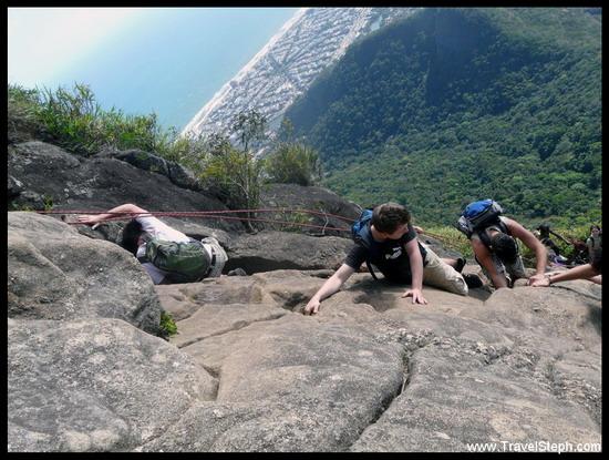 Petit passage « d'escalade » pour atteindre le sommet da Pedra da Gavea, à 842 mètres d'altitude