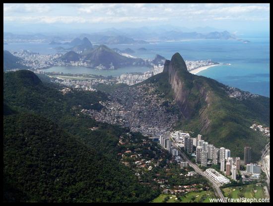 La magnifique ville de Rio de Janeiro avec ses montagnes, sa mer, son lac et sa baie