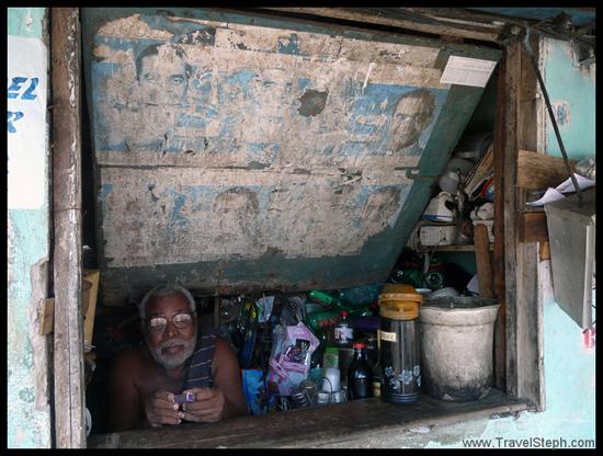 Un vendeur de la Feira São Joaquim à Salvador (Bahia)