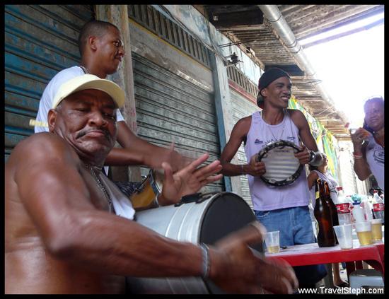 Un groupe de musique jouant au marché São Joaquim, à Salvador