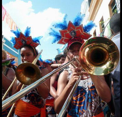 Artiste jouant du frevo lors d'un bloco du carnaval de Recife - Olinda
