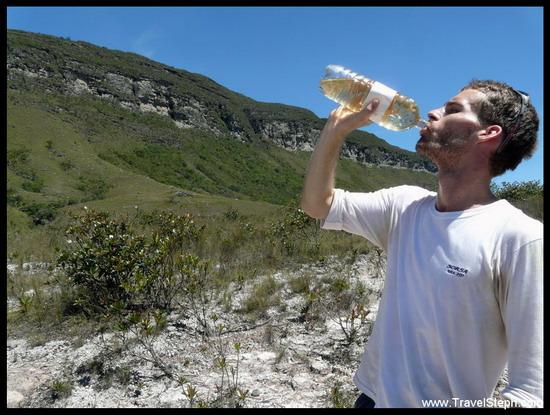 Votre serviteur qui boit de l'eau rougeâtre, Chapada Diamantina, Bahia