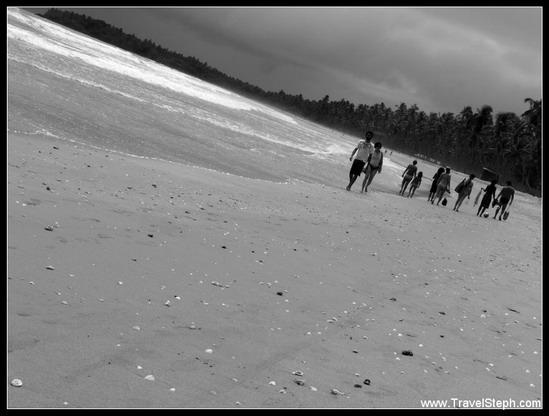 Promeneurs sur une plage de Boipeba - Bahia