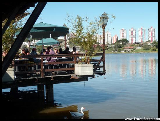 Petit restaurant sur pilotis au Parc Barigüi de Curitiba