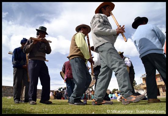 Un groupe d'homme jouant de la musique lors d'une cérémonie (Isla del Sol, Lac Titicaca)