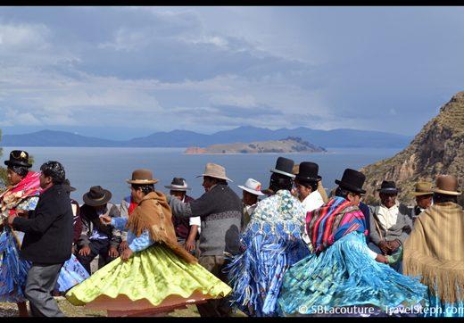 Des couples et des femmes dansent lors d'une cérémonie à Isla del Sol, Lac Titicaca