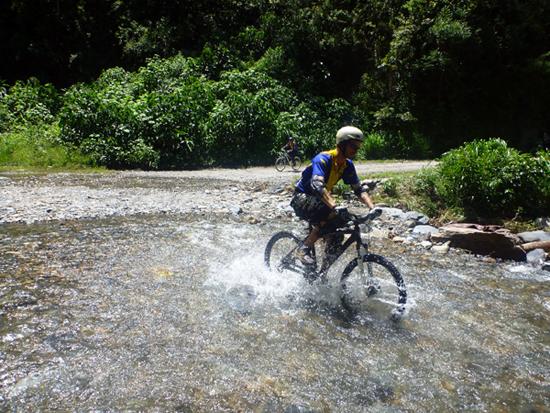 Traversée d'un cours d'eau lors de la descente de la « route de la mort » à La Paz