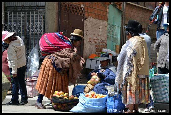 Des femmes en habits traditionnels à La Paz