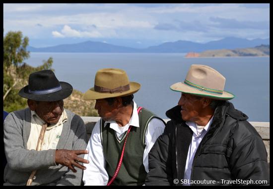 Des hommes discutant lors d'une cérémonie sur l'Isla del Sol, Lac Titicaca