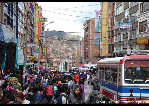 Une rue de La Paz, la capitale la plus haute du monde (3 660 mètres)