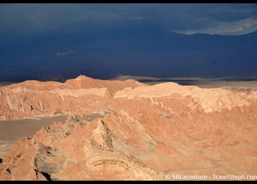 Fin de journée et ciel orageux dans le désert d'Atacama, au Chili