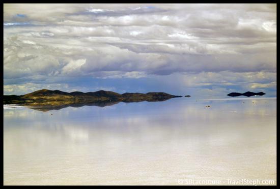Reflets des montagnes dans le Salar d'Uyuni - Bolivie