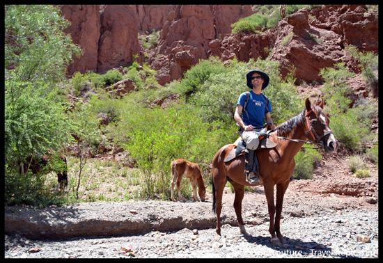 Me voila à cheval, avec un chapeau à la place d'une bombe... Tupiza, Bolivie