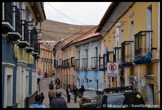 Une rue, sinueuse, de Potosi pour, parait-il, freiner le vent glacial – Potosi, Bolivie