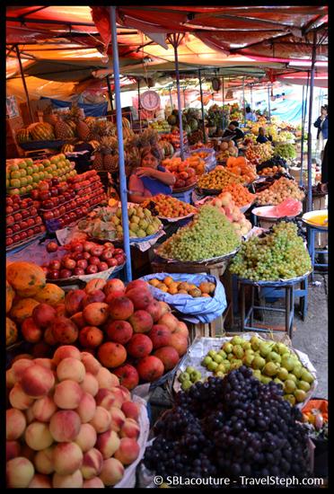 Etale de fruits au marché de Sucre, en Bolivie