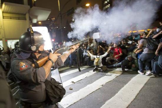 La police et les manifestants face à face - Crédits photo inconnus