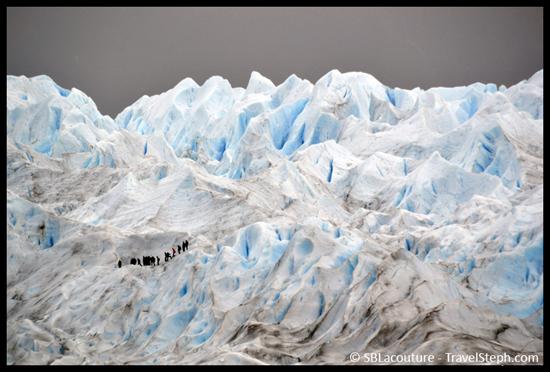 Des touristes se baladant sur les énormes « meringues » au dessus du Perito Moreno !